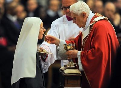 Benedykt XVI udziela Komunii Świętej zakonnicy