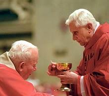Papież Jan Paweł II przyjmuje Komunię świętą od kardynała Joseph'a Ratzinger'a